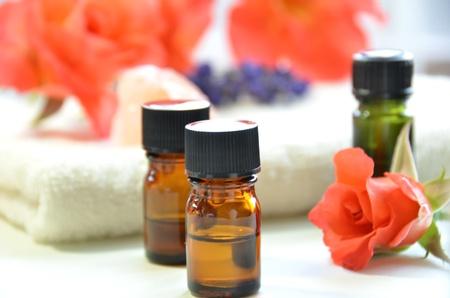 autocuidado: aceites esenciales de rosas Foto de archivo
