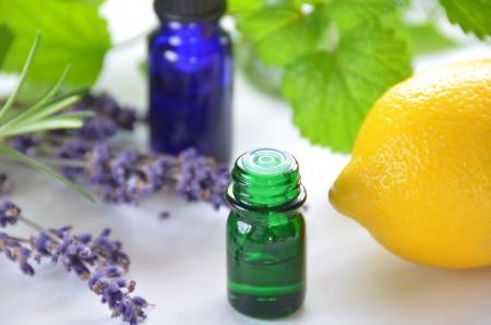Aromatherapie mit Zitrone und Kräutern Standard-Bild - 13088793