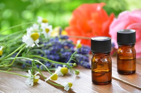 THerische Öle für die Aromatherapie-Behandlung mit Kräuter-Blumen Standard-Bild - 26777505