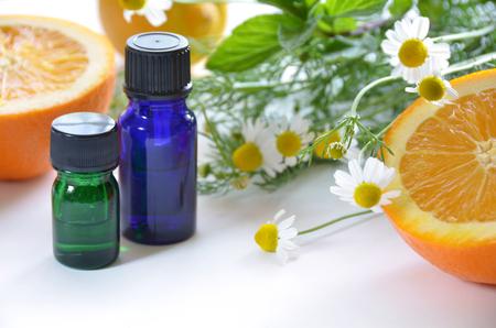 THerische Öle mit Früchten und Kräutern Standard-Bild - 28512211