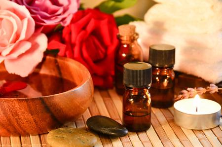 THerische Öle mit Rose und Kerze Standard-Bild - 40086927