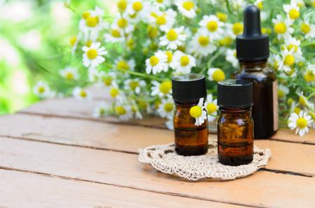 THerische Öle für die Aromatherapie mit Kamille Behandlung Standard-Bild - 40391542