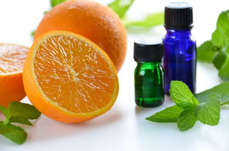 オレンジとミントのエッセンシャル オイル 写真素材