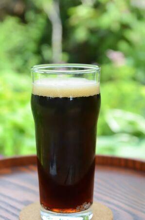 Schwarzbier in Garten