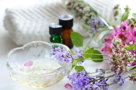 massage oil with herbal flowers Foto de archivo