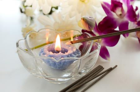 incienso: candelabros y de incienso con flores Foto de archivo