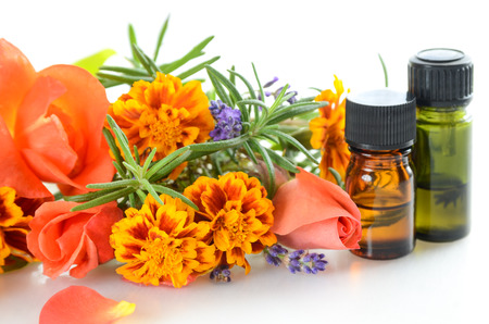 essential oils with herbal flowers and leaves Foto de archivo