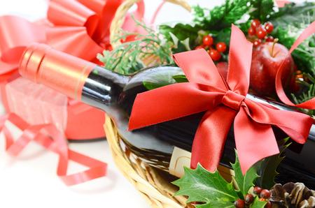 クリスマス パーティーのためのバスケットのワイン ・ ボトル