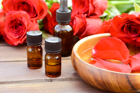 essential oils with red roses Foto de archivo