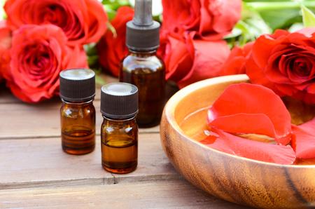 THerische Öle mit roten Rosen Standard-Bild - 57575826