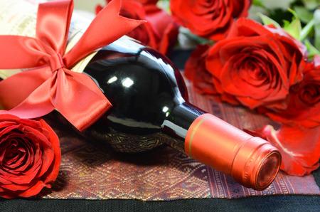 バラと赤ワイン ボトル