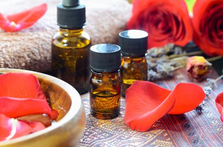 THerische Öle mit Rosen Standard-Bild - 57575980