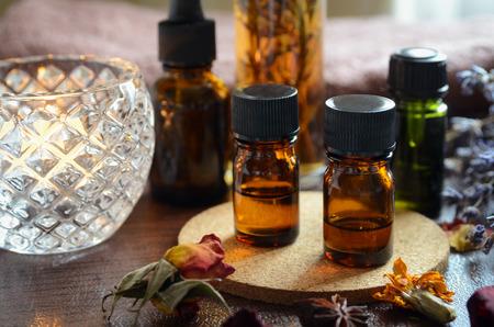 THerische Öle für die Aromatherapie bei Kerzenlicht Standard-Bild - 58522636