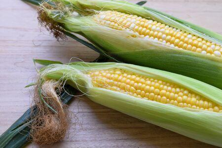 sweet corn on the wooden board Standard-Bild