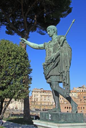 via: Bronze statue of emperor Caesar Augustus on Via dei Fori Imperiali, Rome, Italy