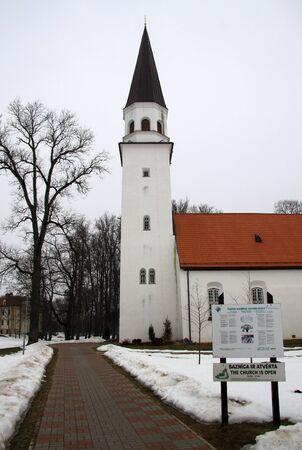 iglesia: Sigulda, Letonia - 17 de marzo de 2012: Antigua Iglesia Luterana de San Berthold en Sigulda Editorial