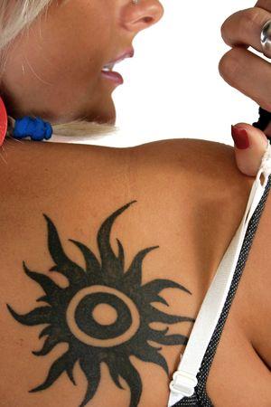 Portrait de belle femme avec tatouage