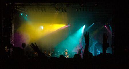 Cheering foule au concert. Show laser et la musique.
