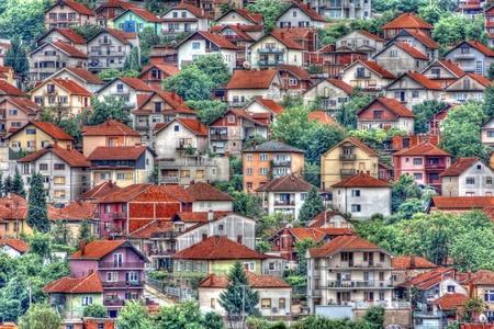 Maisons de banlieue avec une gamme de styles architecturaux, Nis, Serbie