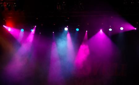 lumières colorées dans une scène de concert