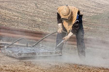 Sablage des structures métalliques sur le site de construction