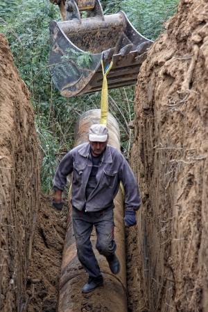 Pelles retiré de la tranchée de tuyaux en acier Banque d'images