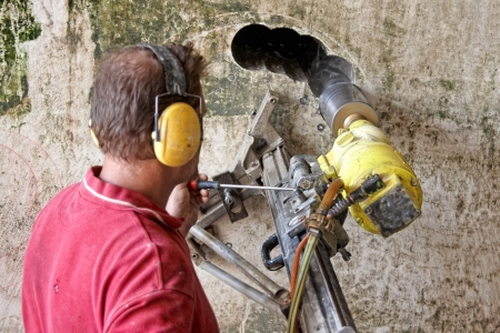 broca: Perforaci�n de agujeros en el hormig�n Foto de archivo