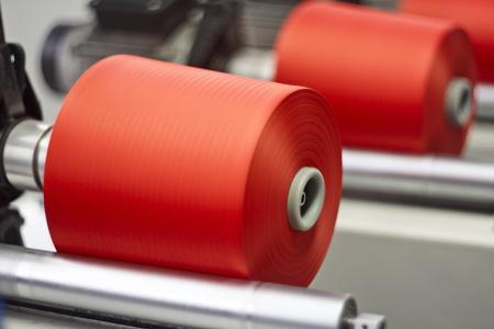 Bobines de fil colorées dans une usine de textile
