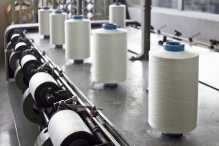 Détail d'une ligne de production industrielle en intérieur, dans une usine de textile Banque d'images