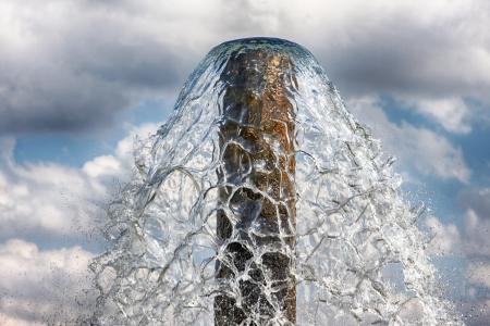 La source d'eau, l'eau s'écoule à travers un tube métallique Banque d'images - 19285658