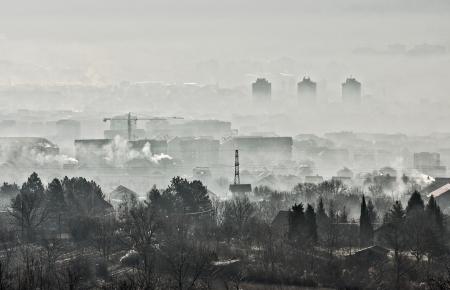 Smog dôme et de la poussière pendant le lever du soleil dans une ville très polluée, la pollution