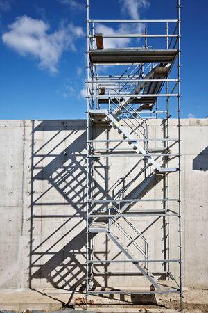 andamios: andamios de aluminio en el sitio de construcción, andamios