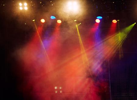 alumbrado: espectáculo de luz concierto, colorida y vívida proyector escenario en el fondo del escenario