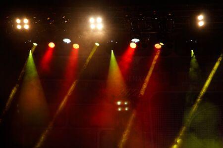 luz roja: Espectáculo de luces del concierto. Imagen de la iluminación Concierto de colores sobre un fondo oscuro