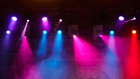 Spectacle de lumière de concert, projecteur vive et colorée scène sur fond de scène Banque d'images - 49924462