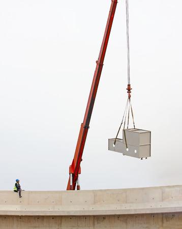 carga: grúa móvil que lleva la carga en el sitio