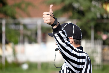 La parte posterior de un árbitro de fútbol americano