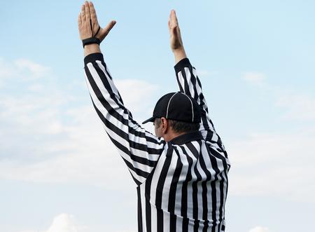 Le dos d'un arbitre de football américain, chemin de détourage Banque d'images - 58765613