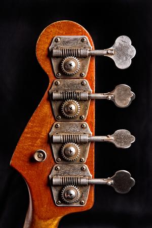 guitarra: la cabeza de la guitarra baja, se centran en la máquina de la guitarra Jefes Foto de archivo