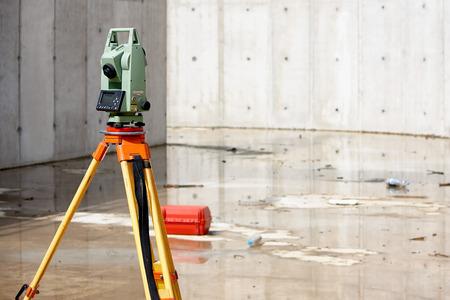 topografo: Equipos Surveyor taquímetro o teodolito al aire libre en el sitio de construcción Foto de archivo
