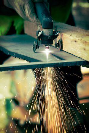 ingenieria industrial: Plasma manual de corte de metal en la planta Foto de archivo