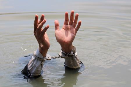 사업가 수 갑 및 copyspace와 물에 익사에 의해 체포됐다.