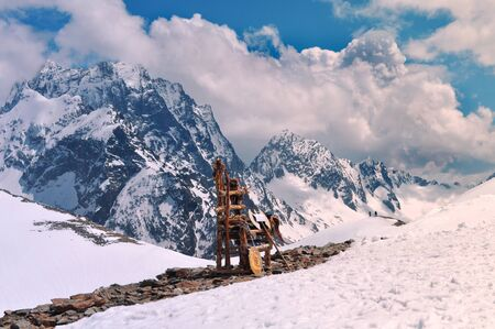 Beautiful view of mountain landscape and wooden throne on the mountain: mountain ranges, white clouds on a bright Sunny day Banque d'images - 129105075