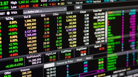 puja: precio de la oferta en el mercado de valores en línea.