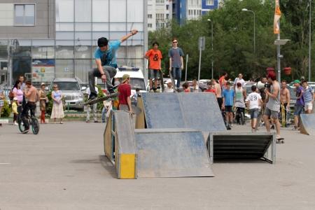 springplank: Springen door de schaatser's corner springplank. Wedstrijden voor de Beker van Europa stad Mall. Volgograd, 26 mei 2013