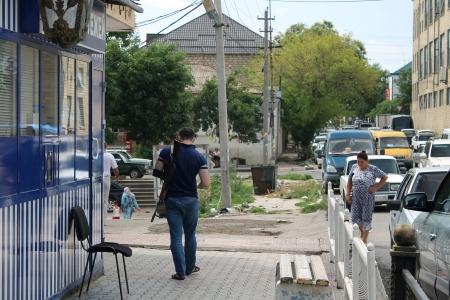 streifzug: Derbent, Russland - Juli 20 A Mann mit einer Kalaschnikow Gewehr Werbegeschenk Routen durch die Stadt 20. Juli 2012 in Derbent, Dagestan, Russland