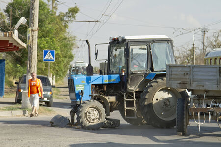 involving: Volgograd - 21 agosto: Un incidente stradale che coinvolge trattore Bielorussia, camion Gazelle e di crossover Kia Sportage superamento del limite di velocit�. 21 AGOSTO 2014 a Volgograd, Russia.