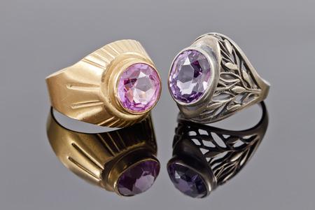 piedras preciosas: Dos viejos anillo de oro y plata con piedras preciosas