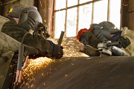 two welders are parallel to the welding of the shell of the heat exchanger of large diameter