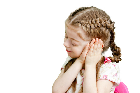 niña con el pelo marrón se va a ir a la cama con las manos cruzadas bajo la cabeza